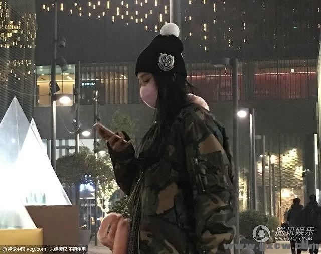 视觉中国讯 新年来临,明星们也以不同的形式庆祝,有人出游、有人与朋友聚会、有人微博晒情侣照秀爱、也有人趁着节气狂购物。假期间,女星张馨予亮相北京某时尚商圈Shopping时遭偷拍,当天素颜的张馨予穿着军装外套配蓝色长裙,头戴毛球线帽,化身潮流少女,为了怕路人认出戴着口罩遮面。 在服装店内,张馨予与店员谈笑风生十分亲和。狂逛了多家店后,张馨予手中的购物袋已经是几大包,收获颇丰,之后她来到路边,似乎在等车。暗夜寒风中独自拎包,还不禁让人有些怜惜。